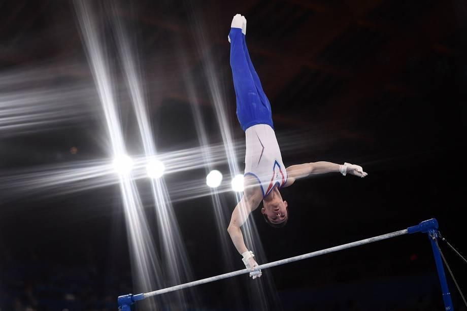 O ginasta Nikita Nagornyy, da Rússia, durante sua performance nas barras -