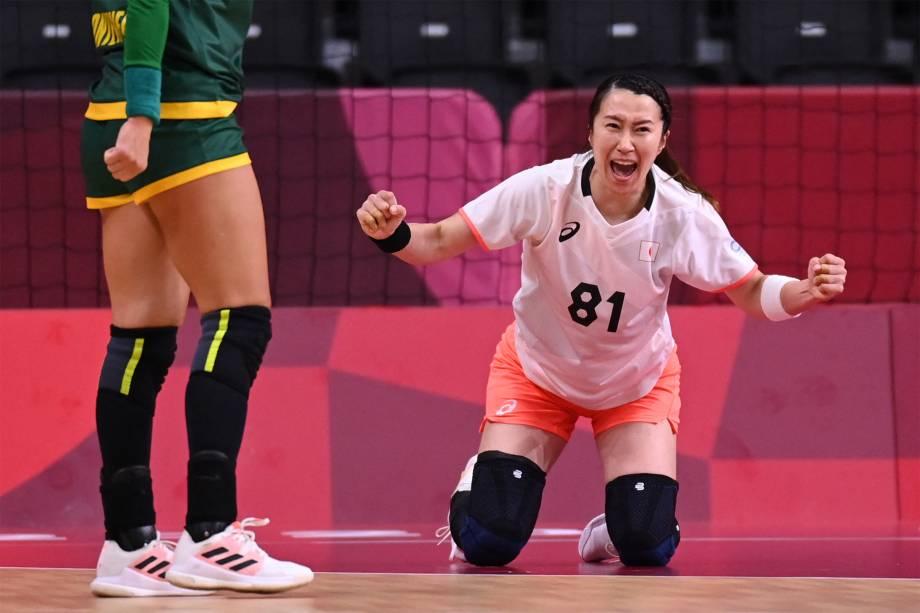 Mayuko Ishitate, do Japão, comemora após marcar gol em partida de handebol contra Montenegro -