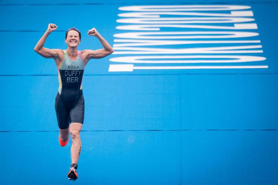 Flora Duffy, das Bermudas, comemora ao vencer a competição individual de Triatlo -