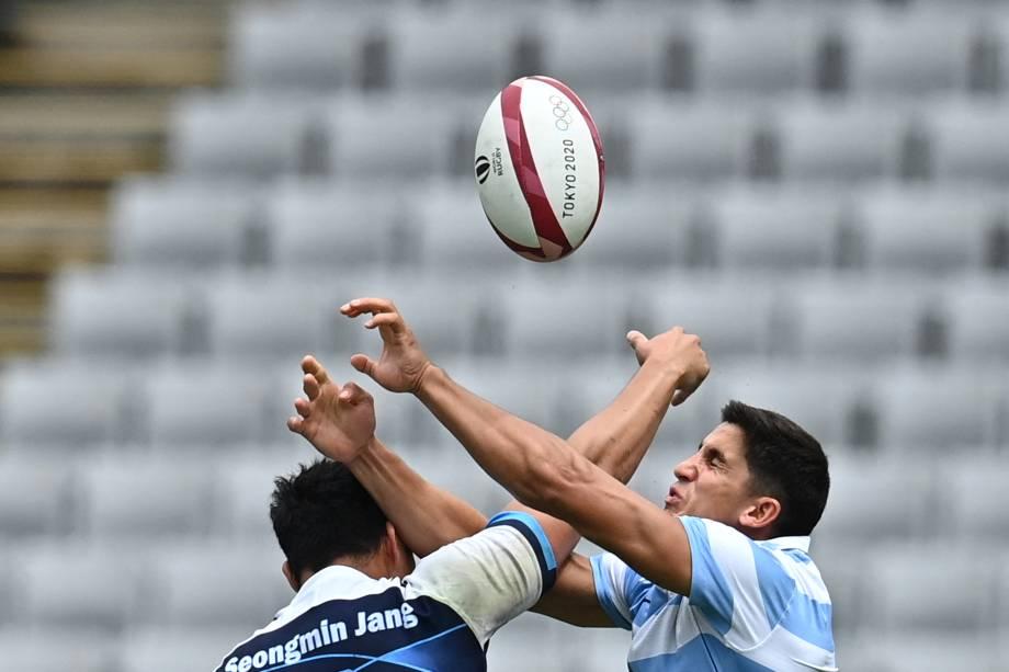 Jang Seongmin, da Coréia do Sul, luta pela bola com Lucio Cint, da Argentina, durante partida de rúgbi -