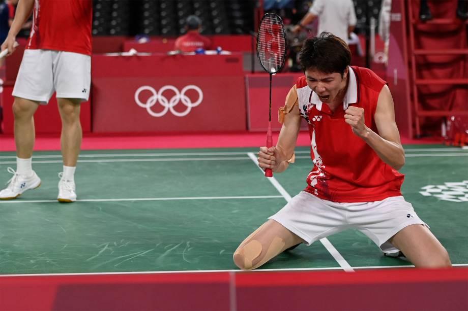 Li Junhui, da China, comemora após vencer pelo badminton equipe japonesa -