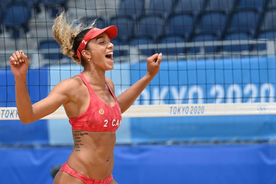 A canadense Brandie Wilkerson comemora após vencer a Argentina em partida pelo vôlei de praia -