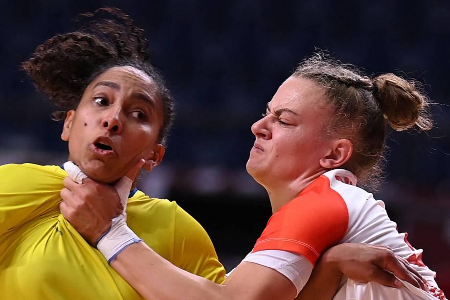 Ana Paula Rodrigues é agarrada por Reka Bordas durante a partida de handebol entre Brasil e Hungria -