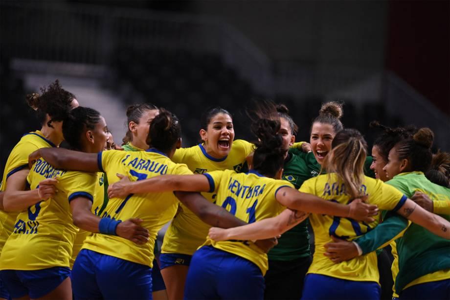 Equipe brasileira comemora após vencerem partida de handebol contra a Hungria -