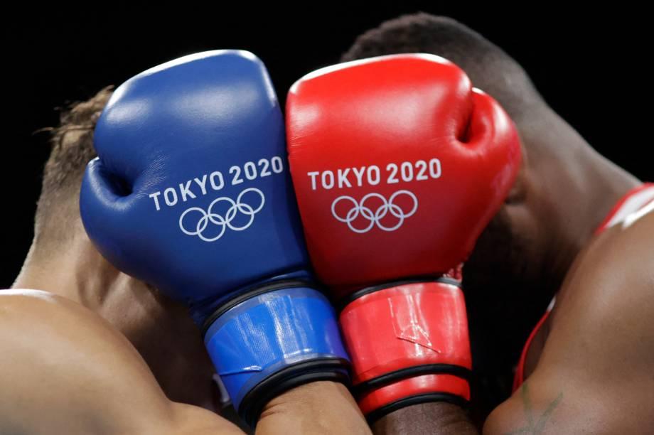 David Nyika, da Nova Zelândia, e Youness Baalla, do Marrocos, durante luta pelo boxe -