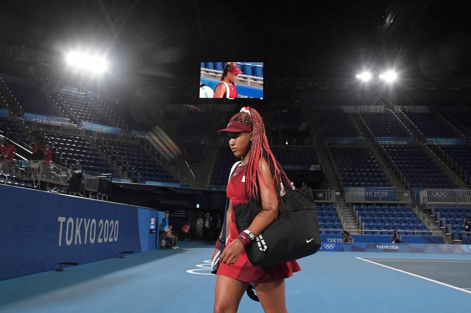 A japonesa Naomi Osaka deixa a quadra depois de ser eliminada por Marketa Vondrousova, da República Tcheca -