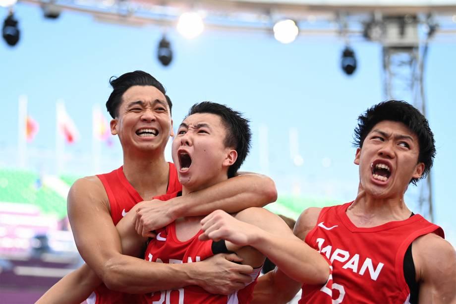 Tomoya Ochiai, Keisei Tominaga e Ryuto Yasuoka, da equipe japonesa de basquete 3x3, comemoram após vencerem partida contra a China -