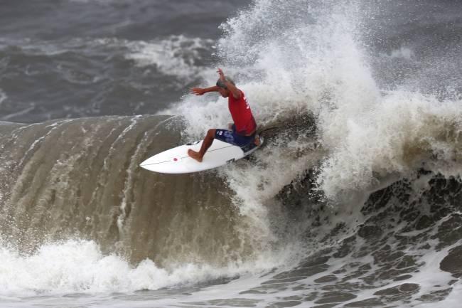 Kanoa Igarashi em ação durante a final do surfe -