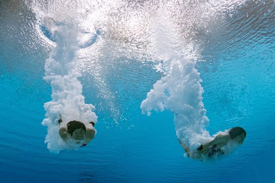 Visão subaquática mostram as japonesas Matsuri Arai e Minami Itahashi competindo na final de mergulho sincronizado -