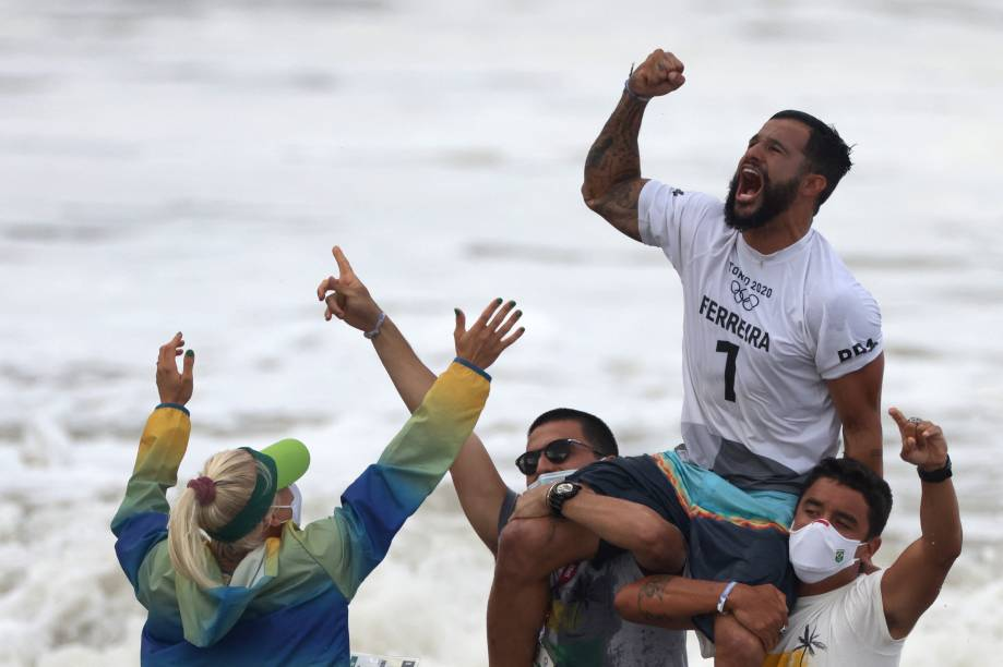 O brasileiro Ítalo Ferreira comemorando o ouro no surfe -