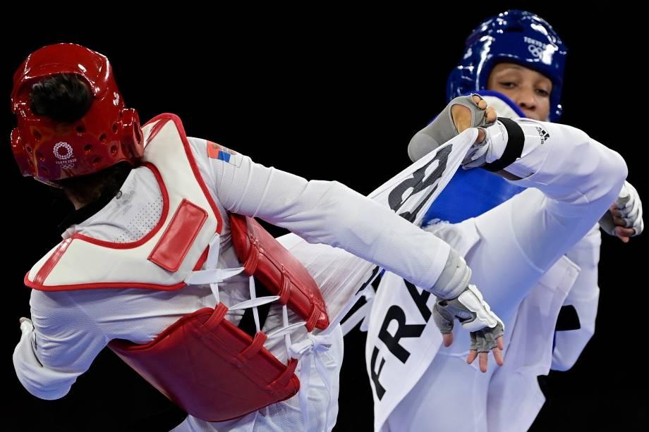 Milica Mandic, da Sérvia, e Althea Laurin, da França, durante luta pelo taekwondo -