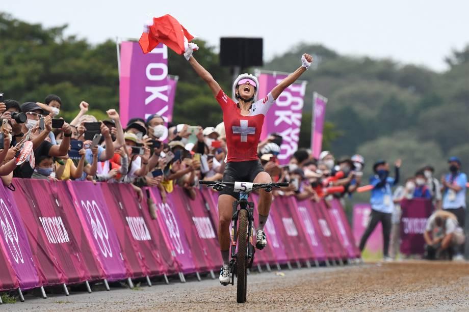 A suíça Jolanda Neff comemora ao se aproximar da linha de chegada e ganhar a medalha de ouro na corrida de cross-country -