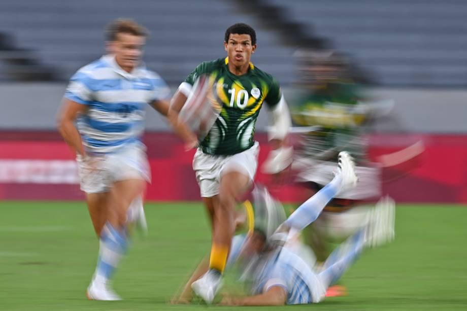 Kurt-Lee Arendse, da África do Sul, correndo com a bola em partida pelo rúgbi contra a Argentina -