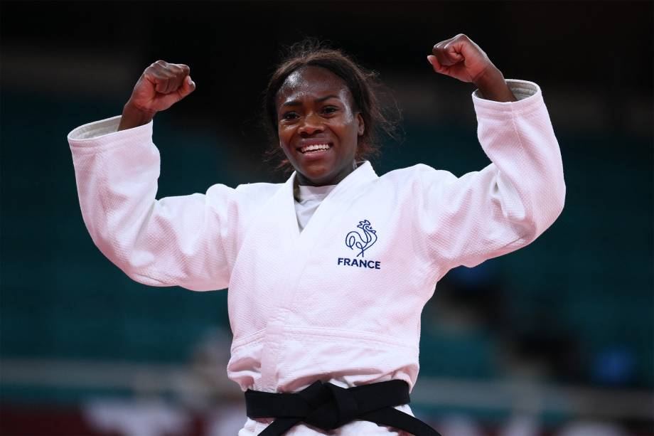 A francesa Clarisse Agbegnenou comemora a medalha de ouro conquistada no judô -