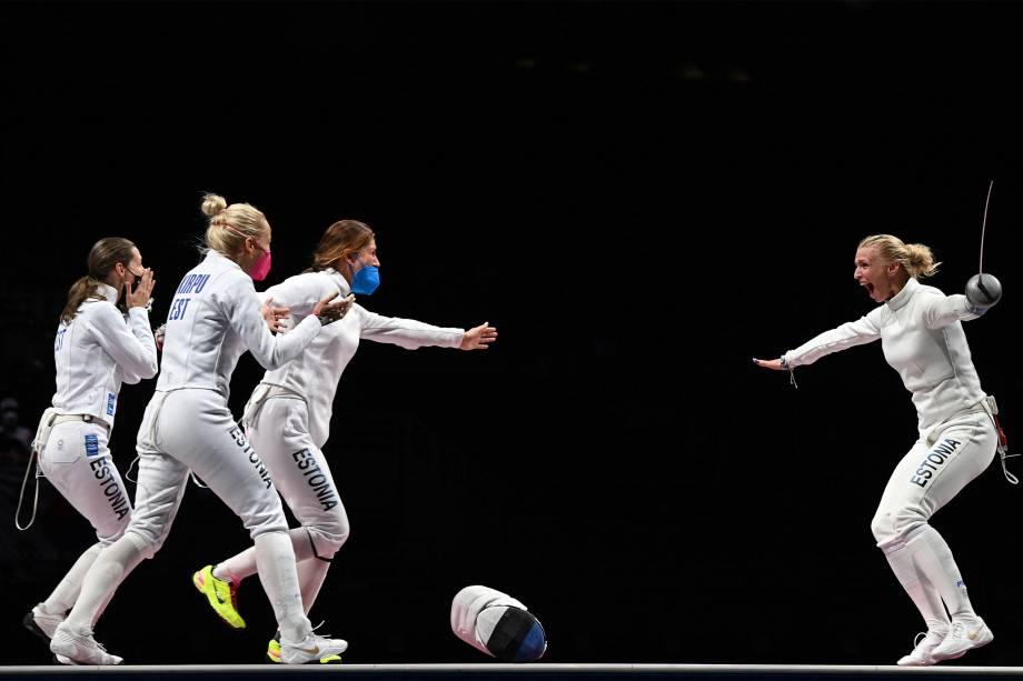 Katrina Lehis, da Estônia, comemora com sua equipe após ganhar de Choi Injeong, da Coréia do Sul, e garantir a medalha de ouro -