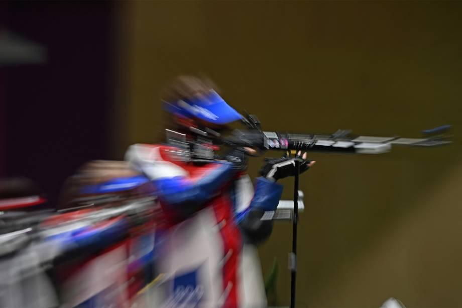 O americano Lucas Kozeniesky na final de rifle de ar 10m -