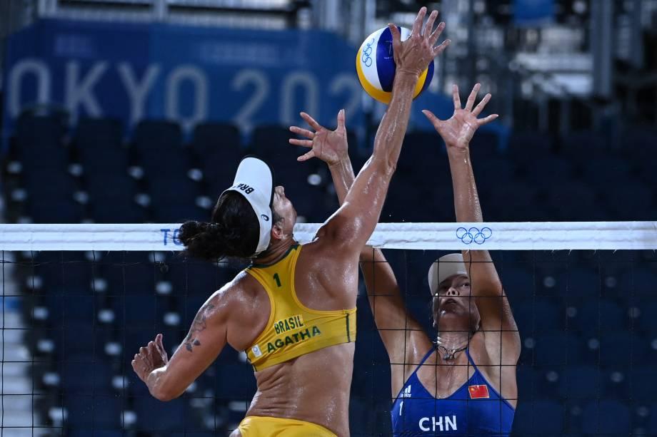 A chinesa Wang Fan tenta bloquear a brasileira Agatha Bednarczuk durante partida entre Brasil e China pelo vôlei de praia -