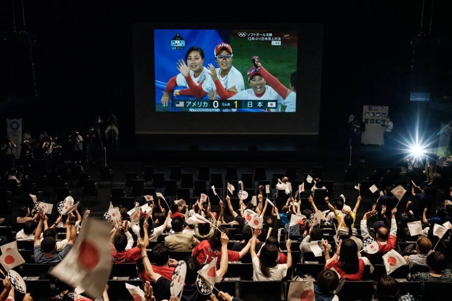 Torcedores assistem partida de softball entre Japão e Estados Unidos, no Takasaki City Theatre -