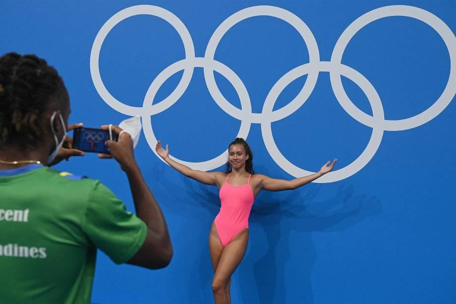 Nadadora posa em frente ao Anéis Olímpicos -