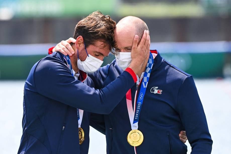 Os franceses Hugo Boucheron e Matthieu Androdias, após conquistarem o ouro no skiff duplo -