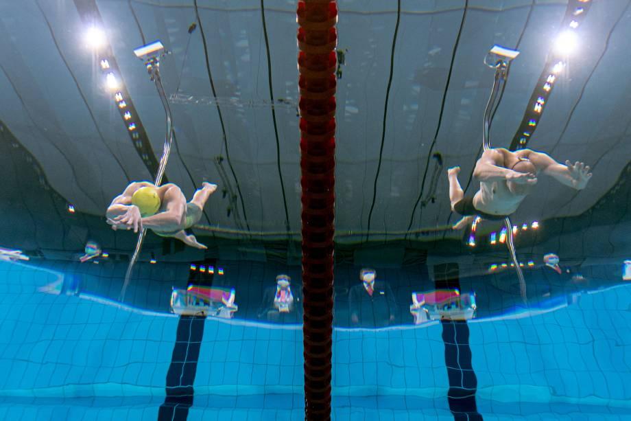 Visão subaquática mostra o australiano Izaac Stubblety-Cook e o finlandês Matti Mattsson mergulhando para começar a prova de natação de 200m peito -