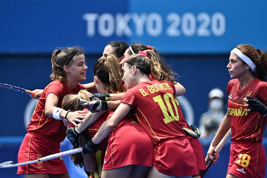Jogadoras da Espanha comemoram durante partida contra a Nova Zelândia no hóquei na grama -