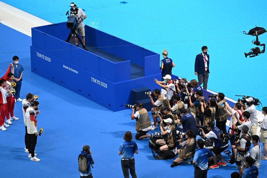 Os alemães Lars Rudiger e Patrick Hausding (2º e), ganhadores do bronze, os chineses Wang Zongyuan e China's Xie Siyi (e), ouro, são fotografados após a prova de salto ornamental sincronizado 3m -