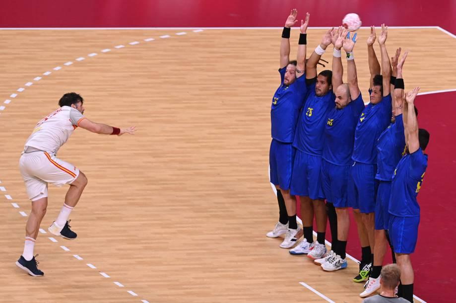 O Espanhol Antonio Garcia durante lance livre em partida de handebol contra o Brasil -