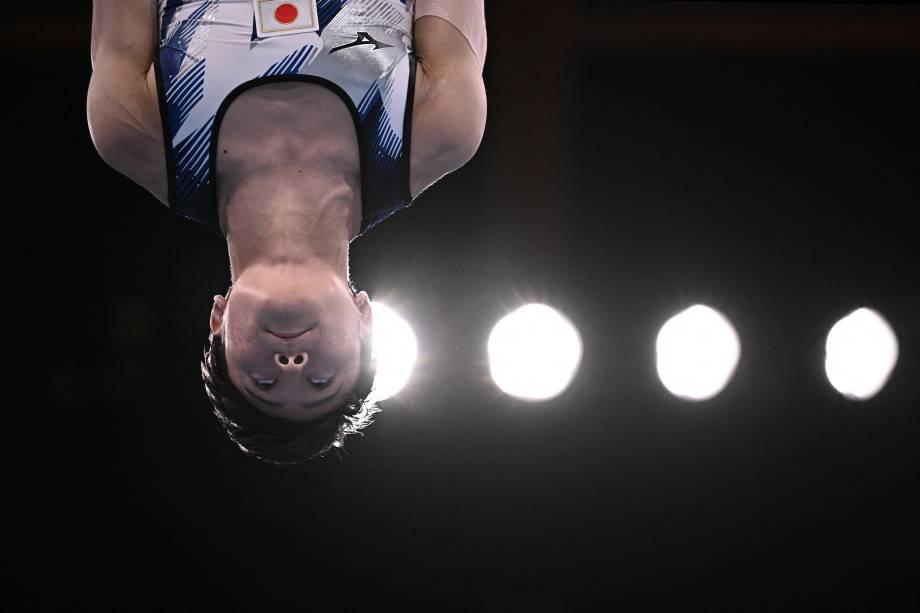 Takeru Kitazono, do Japão, durante sua performance na ginástica artística -
