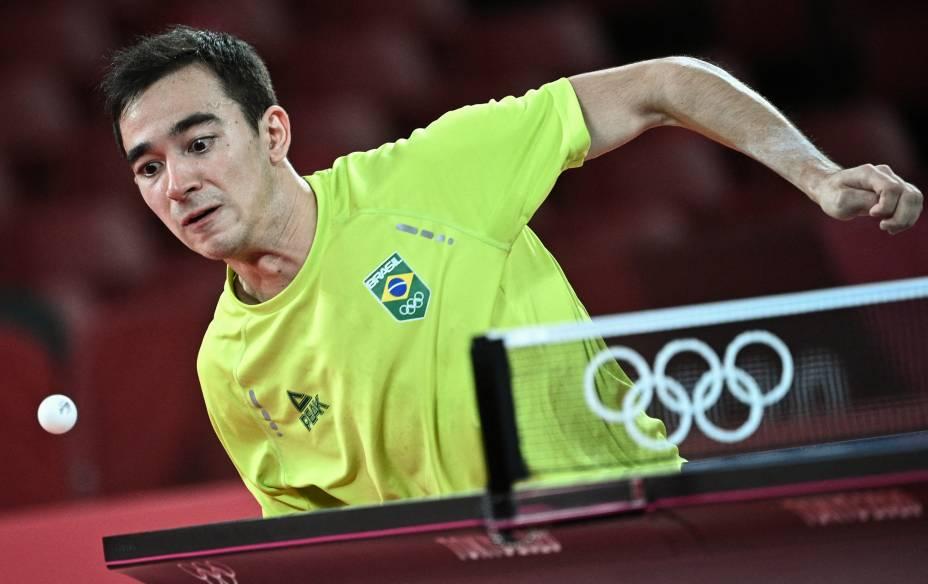 O brasileiro Hugo Calderano em ação contra o alemão Dimitrij Ovtcharov pelo tênis de mesa -