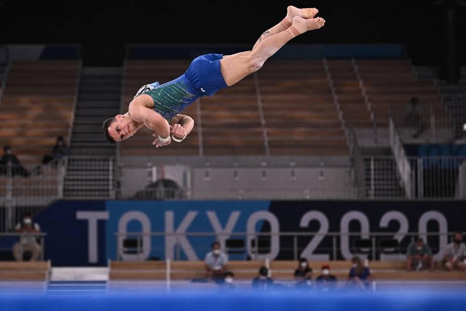 O brasileiro Caio Souza em ação durante sua apresentação na ginástica artística -