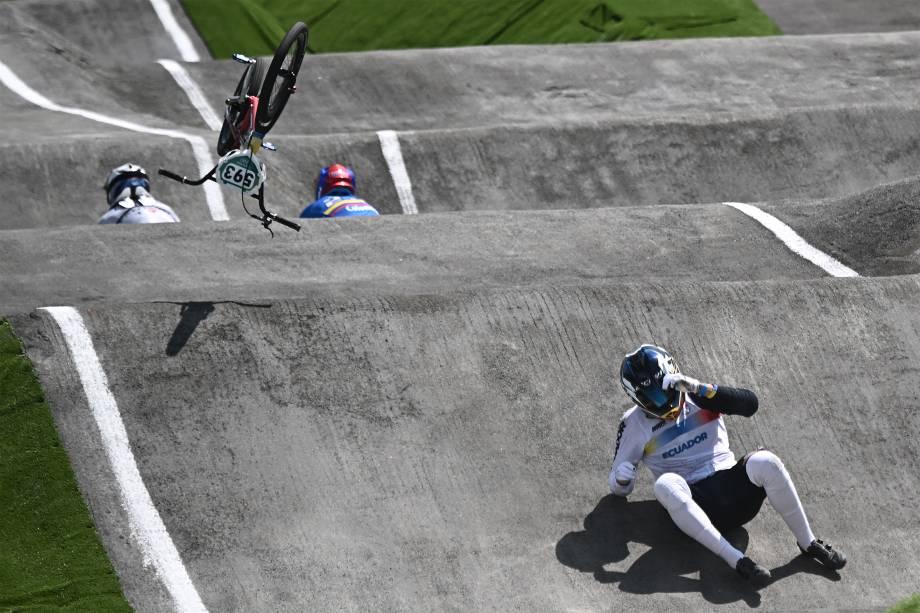 Alfredo Campo, do Equador, cai nas quartas de final das provas de BMX masculino, no Ariake Urban Sports Park -