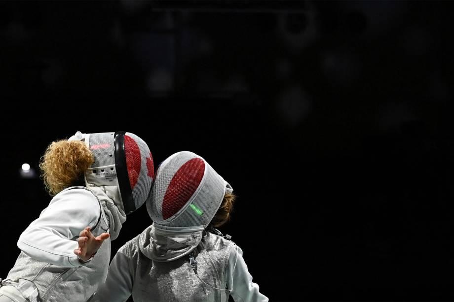 Eleanor Harvey, do Canadá, e Pauline Ranvier, da França, durante prova de esgrima -