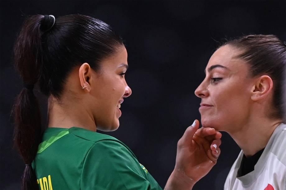 A brasileira Samara Vieira e a espanhola Marta Lopes Herrero após a partida de handebol entre Brasil e Espanha -