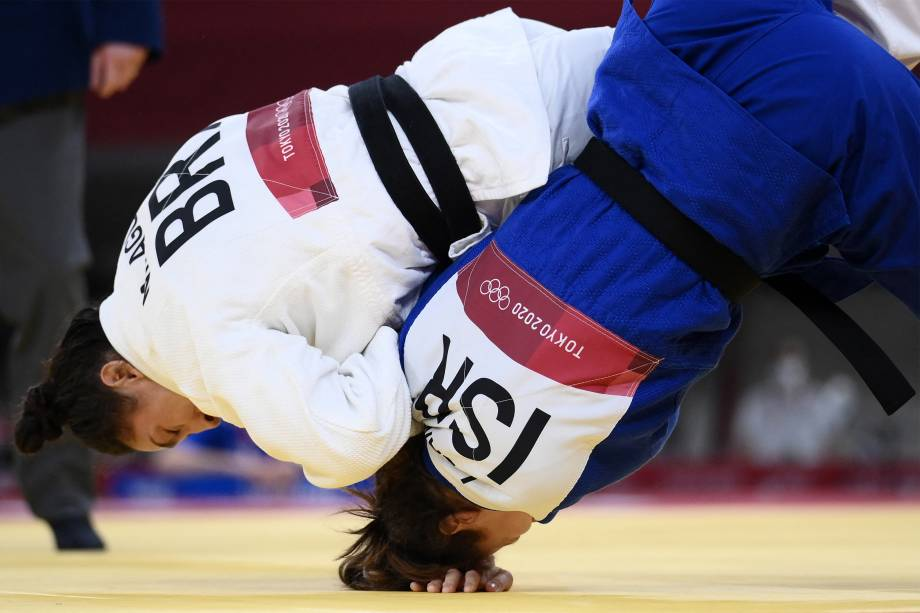 A brasileeira Mayra Aguiar (branco), luta com Inbar Lanir, de Israel, em prova do judô, no Nippon Budokan -