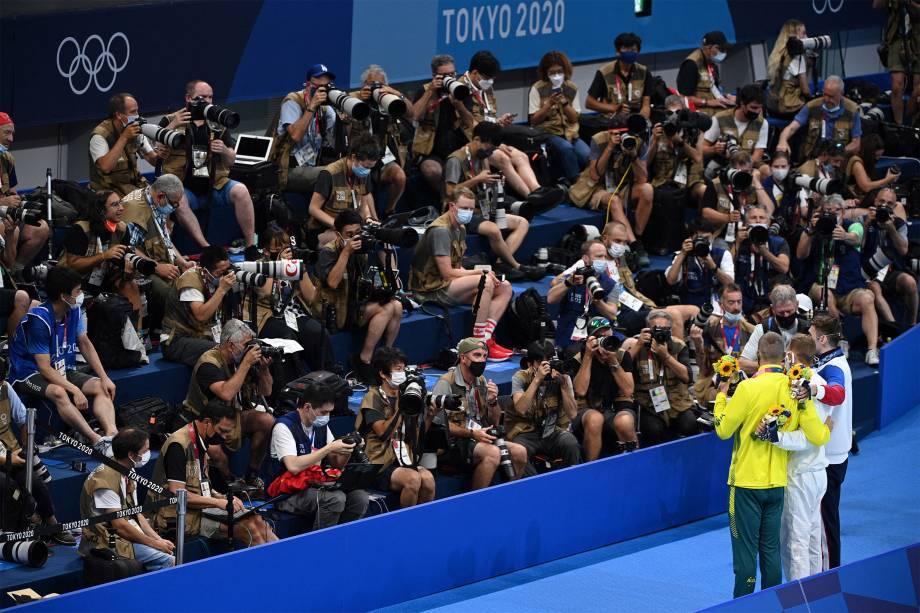 O australiano Kyle Chalmers, o americano Caeleb Dressel, e o russo Kliment Kolesnikov, posam para fotógrafos após a competição dos 100m livres -