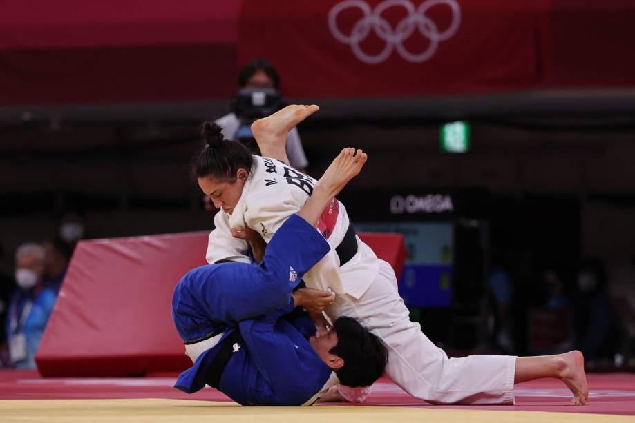 Mayra Aguiar (branco) em ação contra Hyunji Yoon na categoria até 78kg do judô -