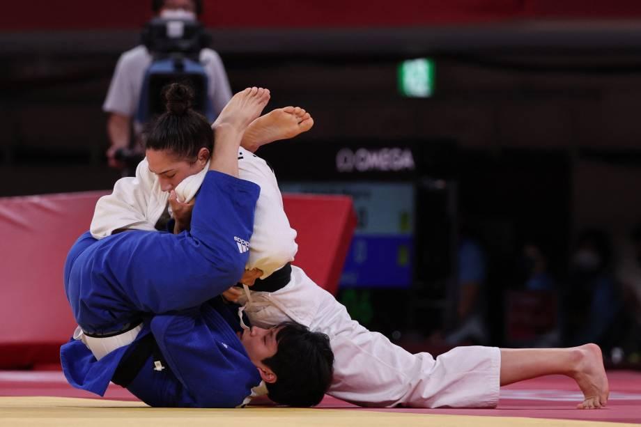 A brasileira Mayra Aguiar (branco) e a sul-coreana Hyunji Yoon durante luta valendo a medalha de bronze -