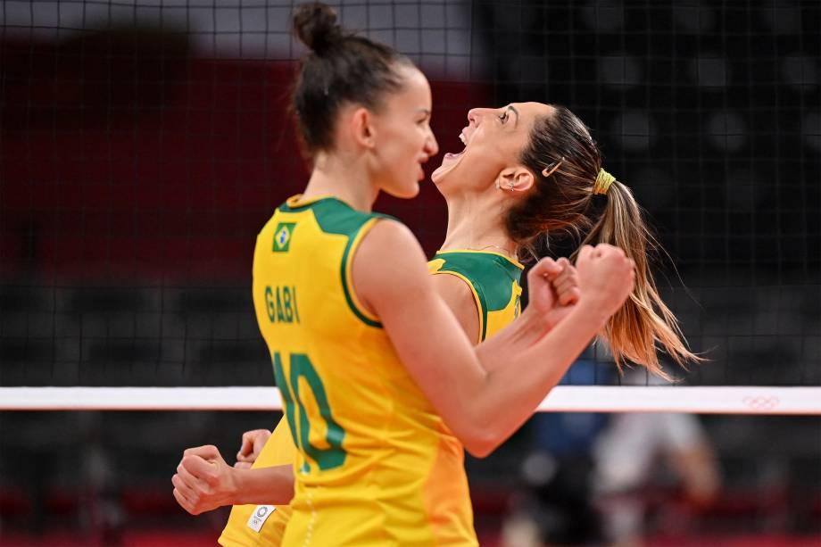 As brasileiras Gabi e Carol Gattaz comemoram ponto em partida de vôlei feminino contra o Japão -