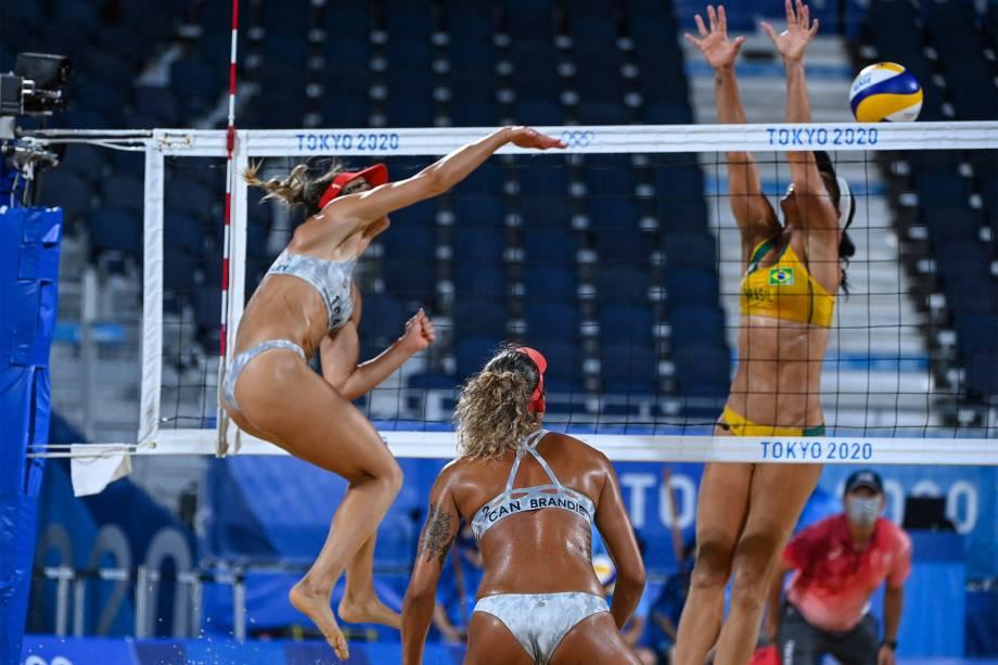 Brandie Wilkerson e Heather Bansley, do Canadá, durante partida contra as brasileiras Agatha Bednarczuk e Duda -