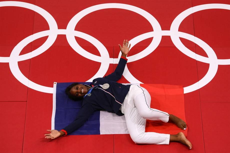 A judoca francesa Madeleine Malonga celebra a medalha de prata no judô feminino -