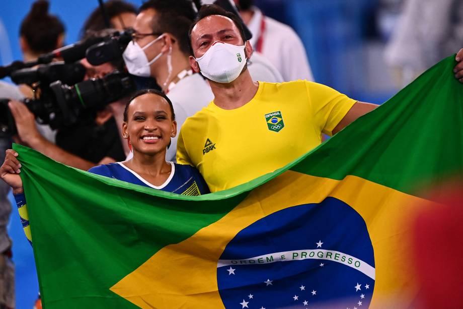 A ginasta brasileira Rebeca Andrade com seu técnico -