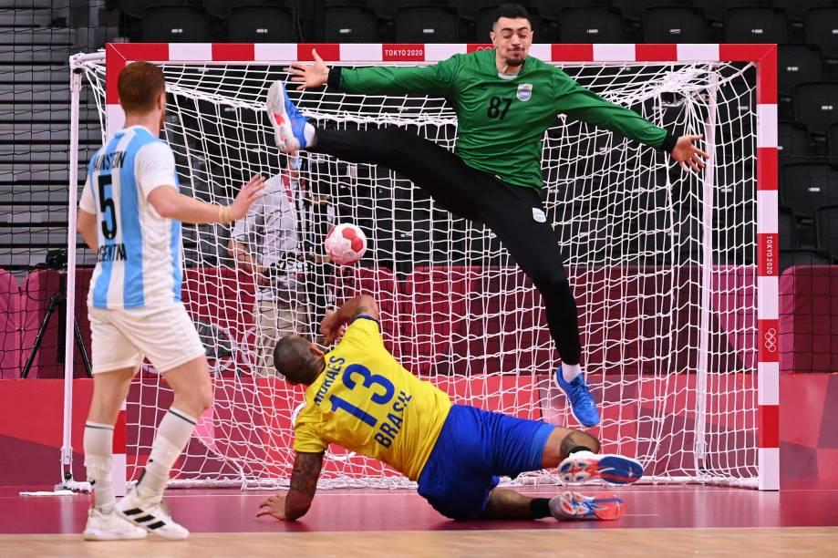O brasileiro Rogerio Moraes durante lance contra a Argentina no handebol -