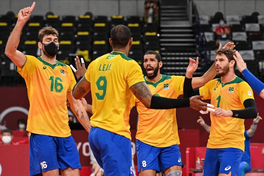 Os jogadores do Brasil comemoram após marcarem ponto na partida -