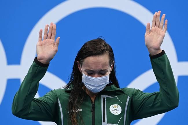 Tatjana Schoenmaker se emocionou no pódio em Tóquio