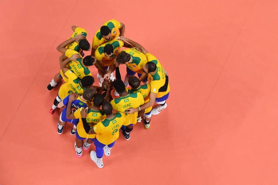 Equipe brasileira reunida após vitória na partida -
