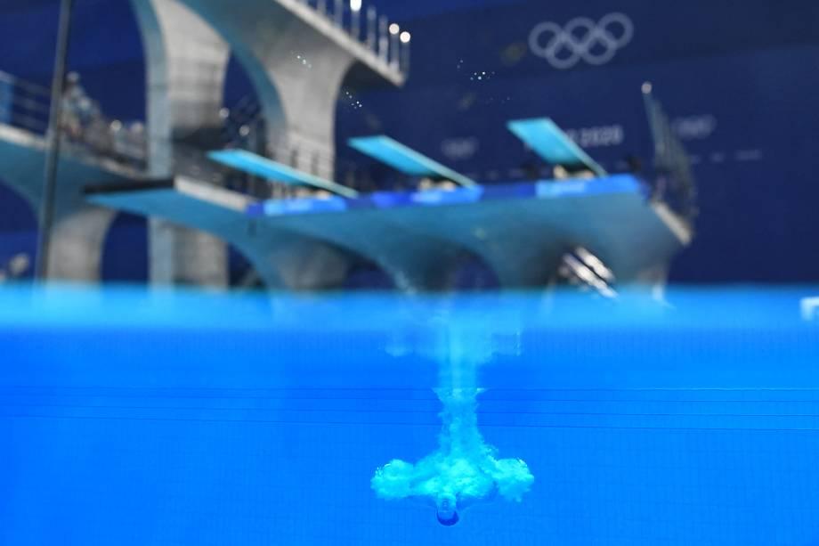 Visão subaquática mostra Shi Tingmao, da China, competindo na prova de saltos ornamentais -