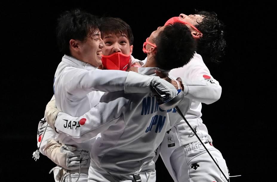 Equipe do Japão comemora medalha de ouro na esgrima -