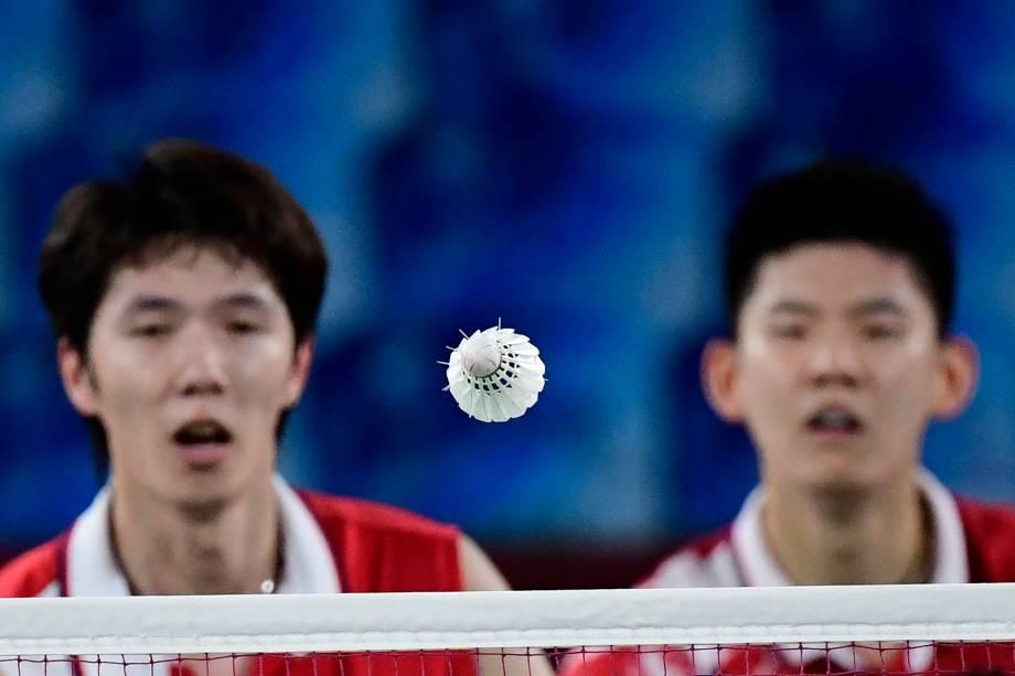 Li Junhui e Liu Yuchen, da China, durante partida pelo badminton -