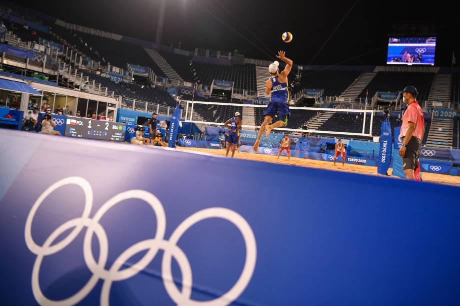 O brasileiro Bruno Schmidt durante saque em partida pelo vôlei de praia -